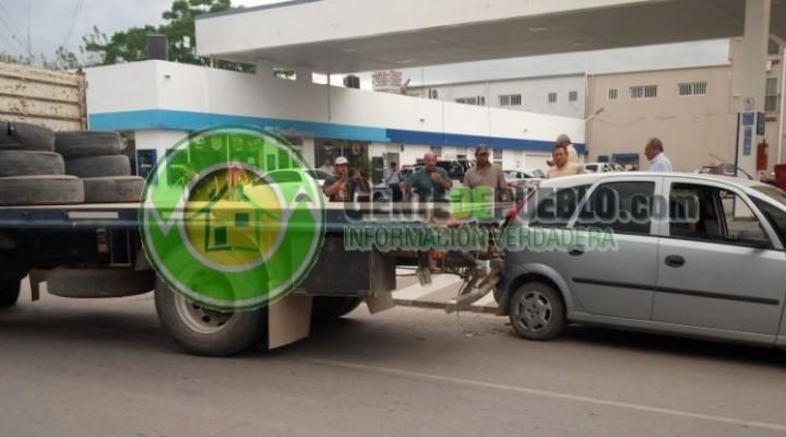 INSÓLITO ACCIDENTE DE UN CAMIÓN Y DOS AUTOMÓVILES