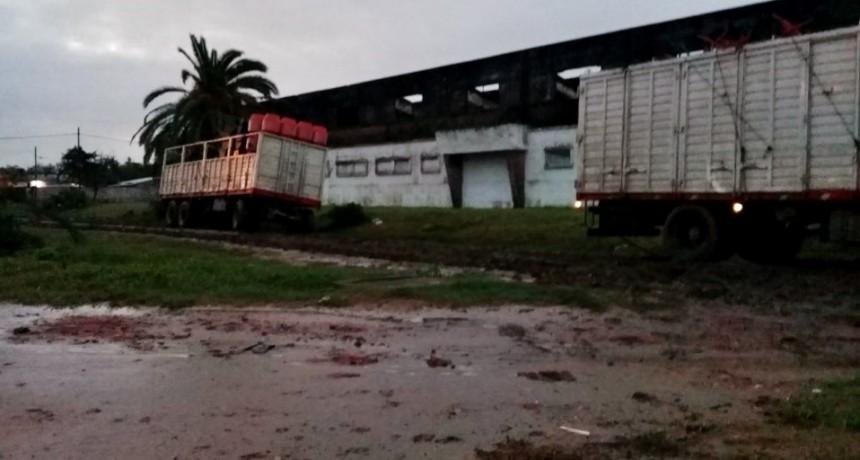 EL PROBLEMA DE CADA DÍA DE LLUVIA, CAMIONES QUE NO RESPETAN LAS CALLES DE TIERRA