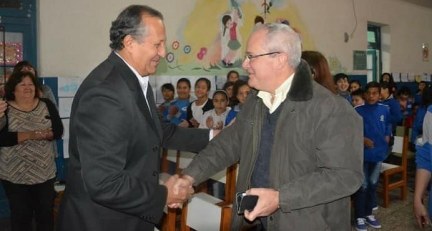 EL INTENDENTE ADALBERTO PAPP RECIBIO AL ESCRITOR HUGO MITOIRE EN LA EEP N° 389