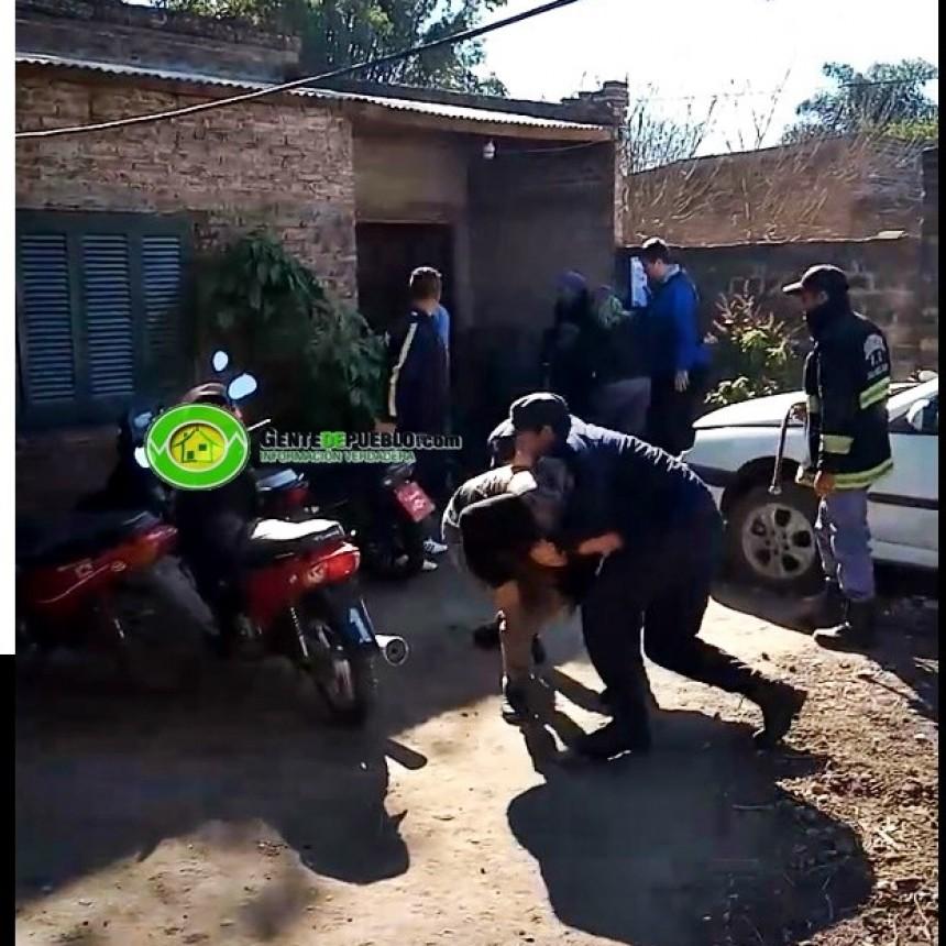 #DESALOJO: LA POLICÍA DETIENE A DOS PERSONAS Y UNA MUJER AMENAZA CON PRENDERSE FUEGO