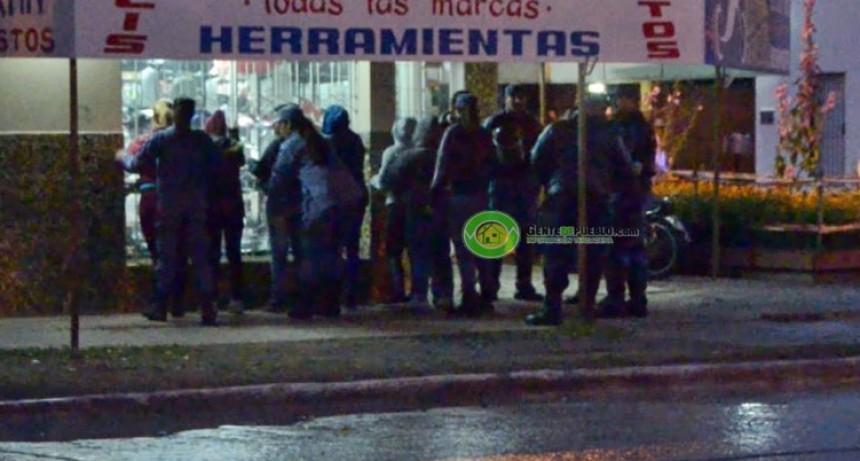 CON GOMERA, CUCHILLO Y BOLSAS DE PLÁSTICOS MERODEABAN LOS SUPERMERCADOS