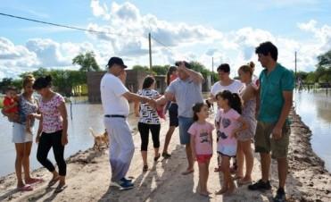 EL MUNICIPIO CONTINÚA ASISTIENDO A LAS FAMILIAS DE LOS BARRIOS INUNDADOS