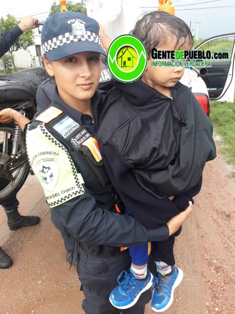 POLICÍA CAMINERA RESCATÓ A UNA FAMILIA QUE QUEDO VARADA EN LA TORMENTA EN PLENA RUTA