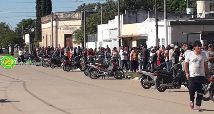 CON LARGAS COLAS SE DESARROLLA EL OPERATIVO DE ENTREGA DE TARJETAS ALIMENTARIAS