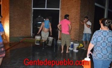 VECINOS COLABORARON EN SALVAR PARTE DE LA MERCADERIA DE BENAGRO