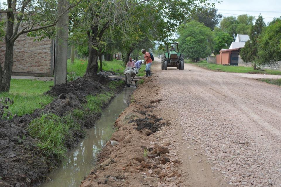 EL MUNICIPIO CONTINÚA TRABAJANDO PARA MEJORAR LA TRANSITABILIDAD EN LAS CALLES DE TIERRA