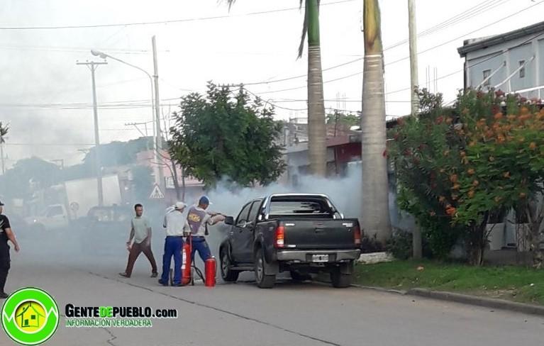 CAMIONETA ESTACIONADA SE PRENDIÓ FUEGO