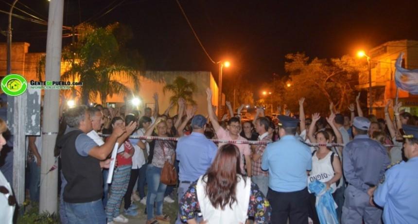 VILLA ÁNGELA: DOCENTES SE MANIFESTARON A UNA CUADRA DEL ACTO DONDE ESTABA EL GOBERNADOR PEPPO