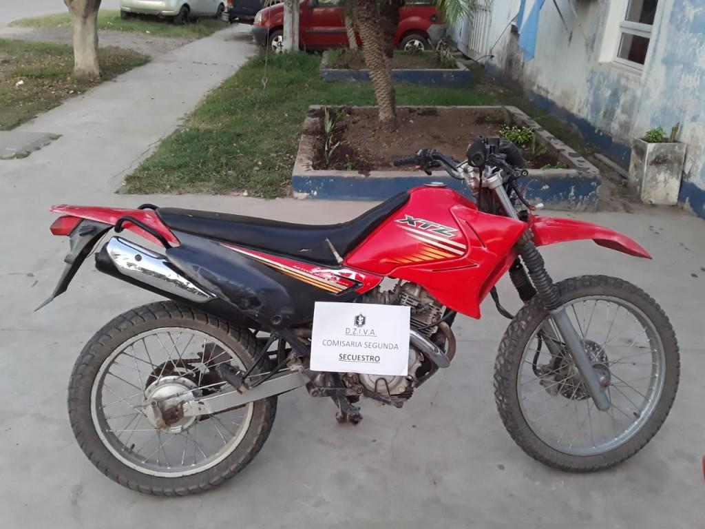 A LAS POCAS HORAS DE QUE ROBARON UNA MOTOCICLETA EL PERSONAL POLICIAL LOGRO RECUPERARLA