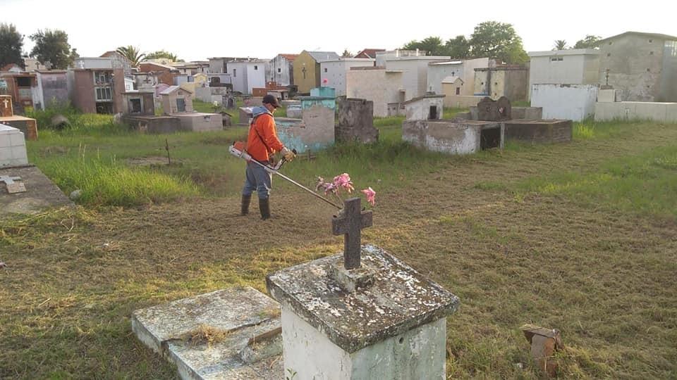 SERVICIOS PÚBLICOS CONTINUA CON EL CORTE DE PASTO EN EL CEMENTERIO JUAN PABLO II