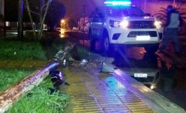 EL 911 DETUVO A UN CONDUCTOR EBRIO QUE COLISIONO UNA JIRAFA DE LUZ