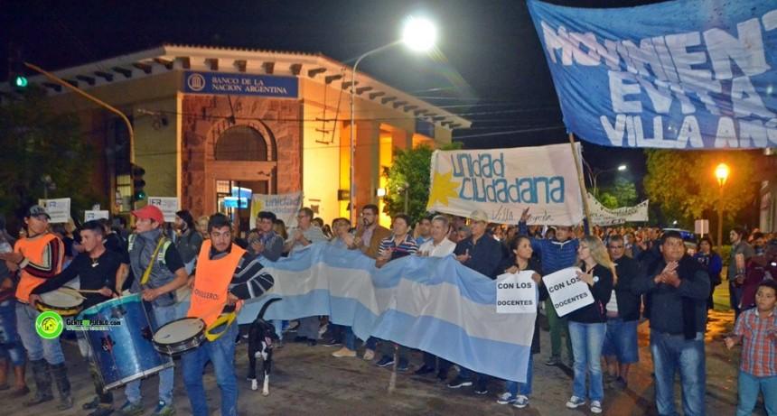 DOCENTES MOVILIZADOS Y ACOMPAÑADOS POR LOS PRE CANDIDATOS A INTENDENTE DE LA CIUDAD
