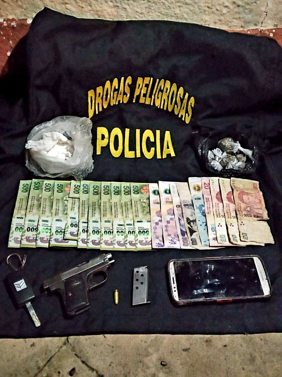 AMENAZO AL PERSONAL POLICIAL CON UN ARMA DE FUEGO Y AL DETENERLO TENIA ENVOLTORIOS CON DROGA