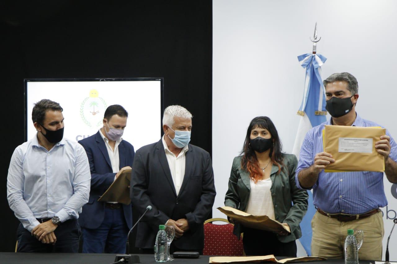 Capitanich encabezó la apertura de sobres para la construcción del microestadio en Du Graty