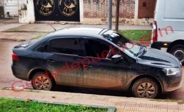 A LAS 11:30 EN PLENO CENTRO LE ROMPIERON EL VIDRIO DEL AUTO PARA SACARLE UNA CARTERA
