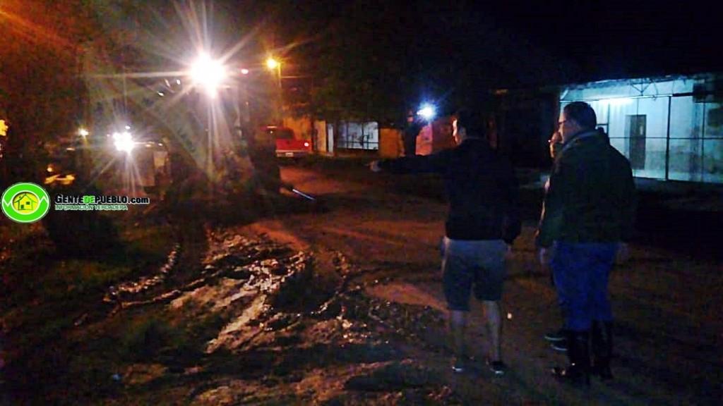 EN HORAS DE LA NOCHE EL MUNICIPIO SIGUE TRABAJANDO EN DESOBSTRUCCIÓN DE ALCANTARILLAS Y CALLES