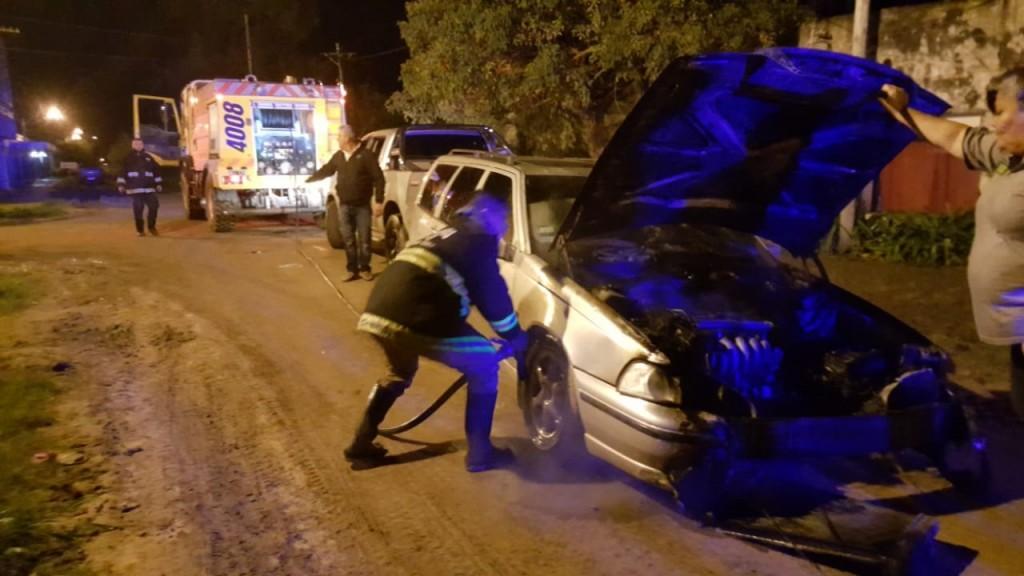 BOMBEROS SOFOCO EL INCENDIO DE UN AUTOMÓVIL QUE ESTABA EN EL GARAGE