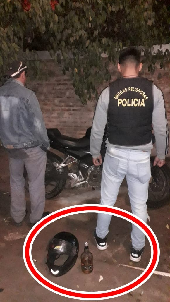 LO DETUVIERON EN UN CONTROL POLICIAL POR CONDUCIR CON UNA BOTELLA DE WISKY EN LA MANO
