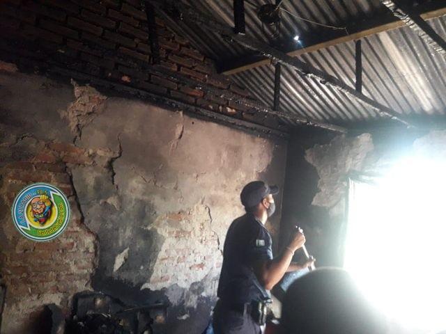 PERSONAL POLICIAL LOGRO SOFOCAR EL FUEGO EN UNA VIVIENDA, QUE SE GENERO POR LA MALA CONEXIÓN ELECTRICA