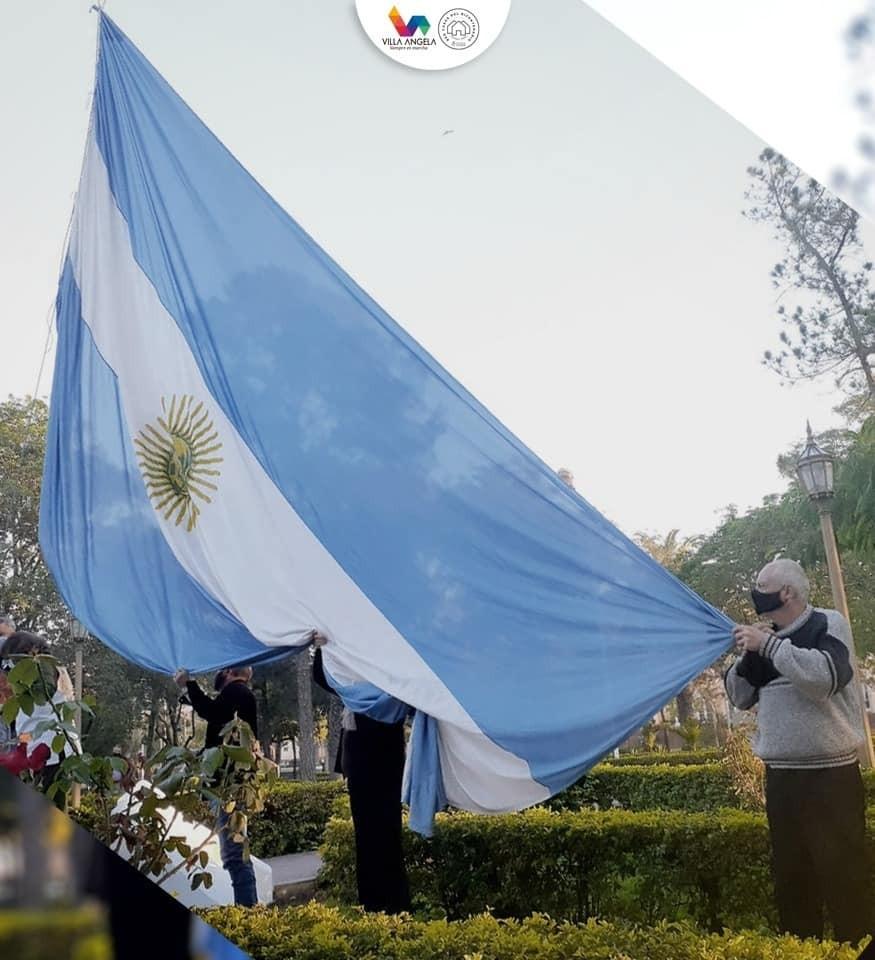 REFERENTES DE LA COMUNIDAD IZARAN EL PABELLÓN NACIONAL EN LA PLAZA CENTRAL