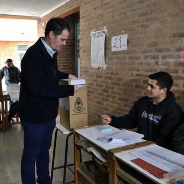 GUSTAVO FERRER EMITIÓ SU VOTO EN LA ESCUELA EET 25