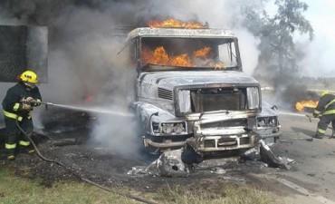 ARDUA TAREA DE BOMBEROS VOLUNTARIOS IMPIDIO QUE EL FUEGO AFECTARA LA TOTALIDAD DE LA CARGA DE UN CAMION