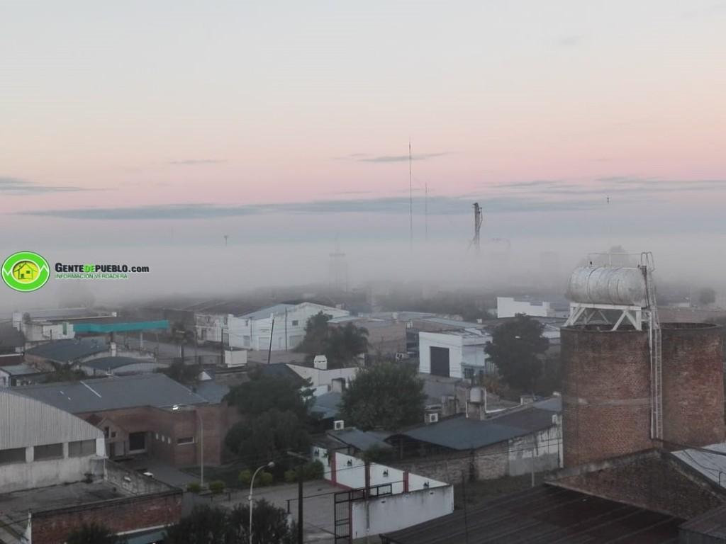 LUNES CON DENSA NEBLINA SOBRE LA CIUDAD DE VILLA ÁNGELA