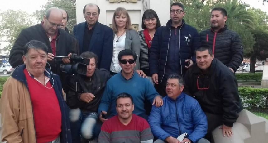 POR PRIMERA VEZ LOS PERIODISTAS IZARON LA BANDERA EN EL MÁSTIL CENTRAL DE LA CIUDAD