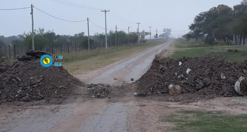 VECINOS ROMPEN LOS TERRAPLENES QUE ESTÁN EN LOS CAMINOS ALTERNATIVOS