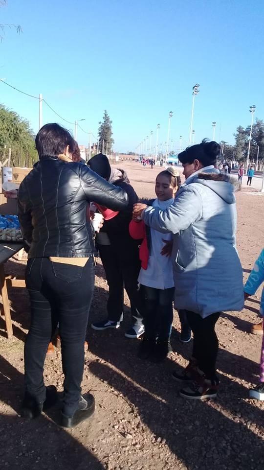 CON CHOCOLATE Y BIZCOCHOS NIÑOS Y GRANDES CELEBRARON LA INDEPENDENCIA EN VILLA ÁNGELA