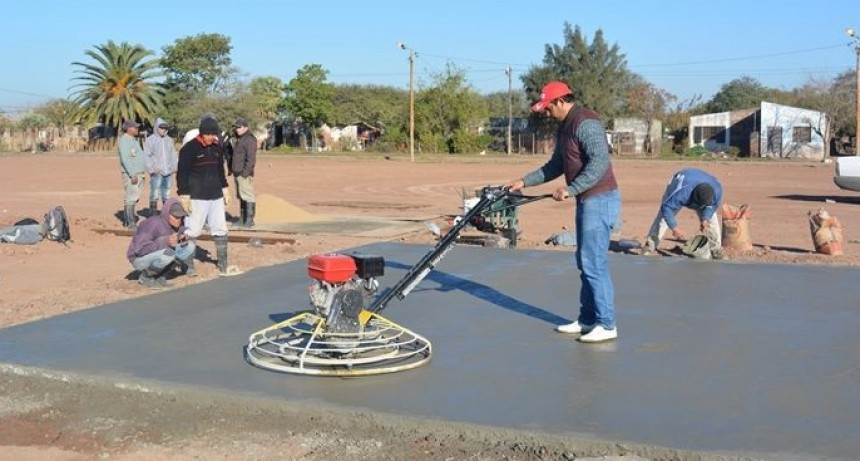 INICIARON LA CONSTRUCCIÓN DE CANCHAS DE HORMIGÓN EN LA PLAZA DEL BARRIO SARGENTO CABRAL