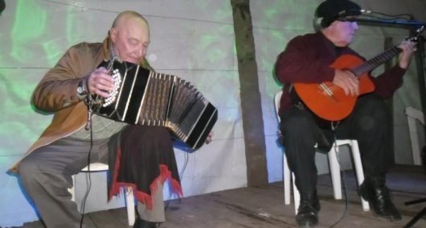 DON COLLIARD CON 81 AÑOS SIGUE EJECUTANDO EL INSTRUMENTO QUE SU PADRE LE ENSEÑO A LOS 12