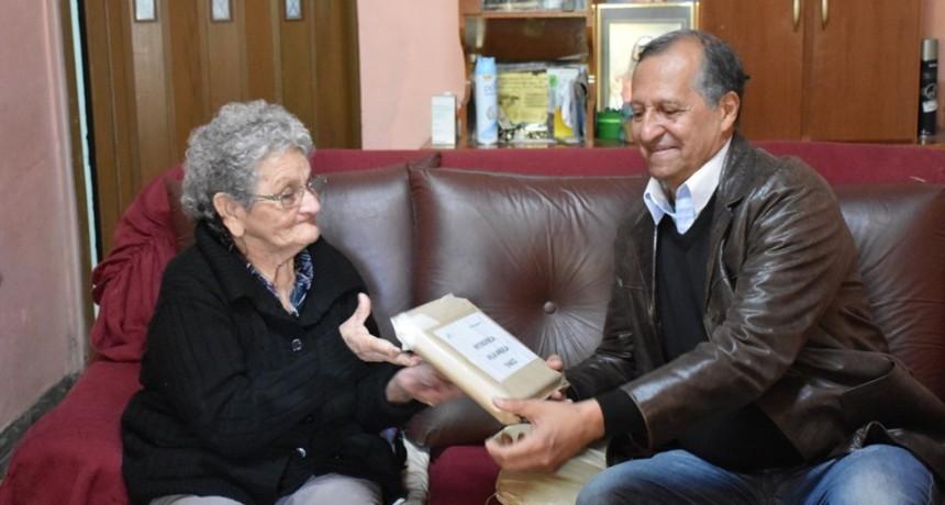 PAPP RECIBIÓ DE MANOS DE DOÑA EMILIA FERNÁNDEZ, UN PRESENTE DEL INTENDENTE DE CALETA OLIVIA, PROVINCIA SANTA CRUZ