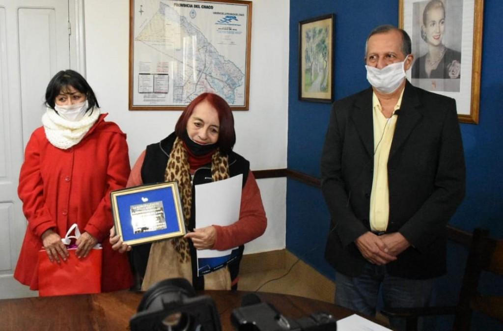 """EL INTENDENTE PAPP ENTREGÓ UN RECONOCIMIENTO A LA FAMILIA DE OMAR """"CACHO"""" PONCE DE LEÓN"""