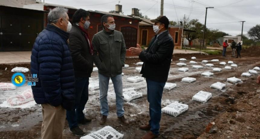 EL INTENDENTE PAPP SUPERVISÓ EL INICIO DE 1000 METROS DE PAVIMENTOEN EL BARRIO MOCOVÍ