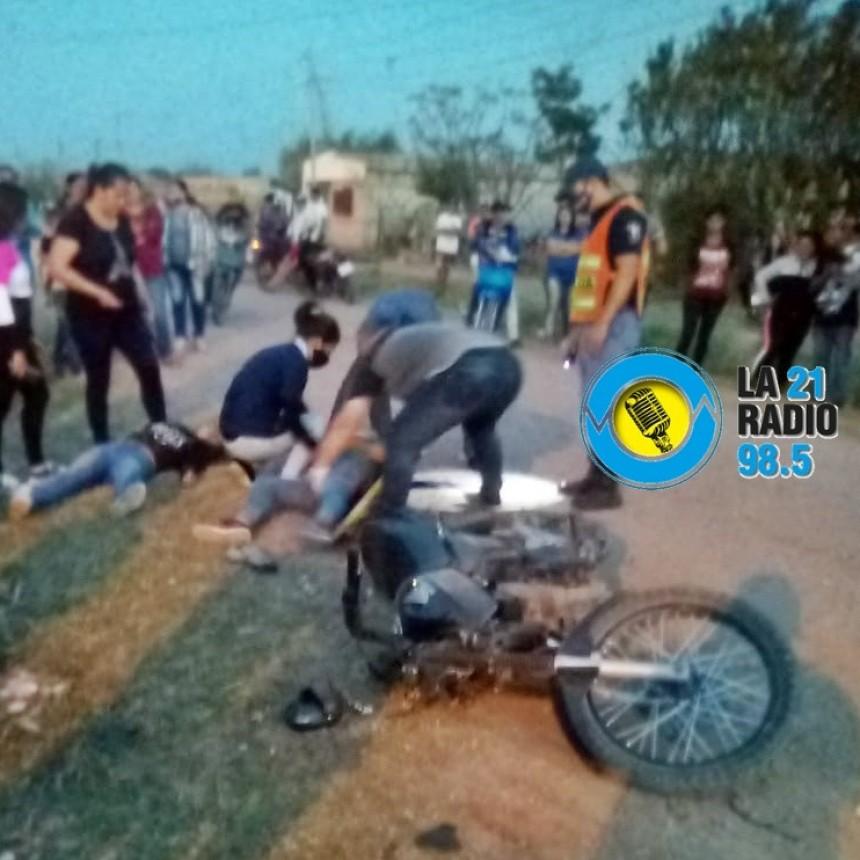 DOS JOVENCITAS PERDIERON EL CONTROL DE SU MOTOCICLETA Y TERMINARON EN EL SUELO