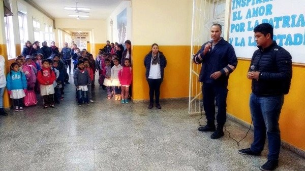 MEDIO AMBIENTE Y POLICÍA CAMINERA DICTAN CHARLA DE CONCIENTIZACIÓN VIAL EN LA EEP N°82