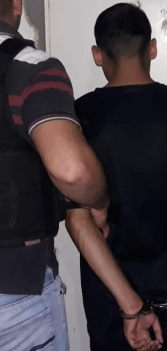 ESTABA ROBANDO, LO DESCUBRIERON Y AMENAZÓ DE MUERTE A SU VÍCTIMA SI AVISABA A LA POLICÍA