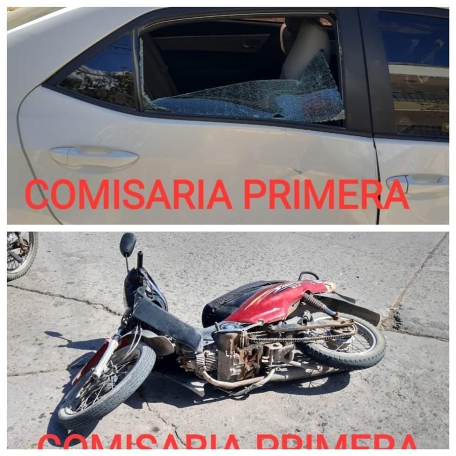 MOTOCICLISTA EMBISTO UN AUTOMÓVIL Y ROMPIÓ EL VIDRIO TRASERO DEL VEHÍCULO