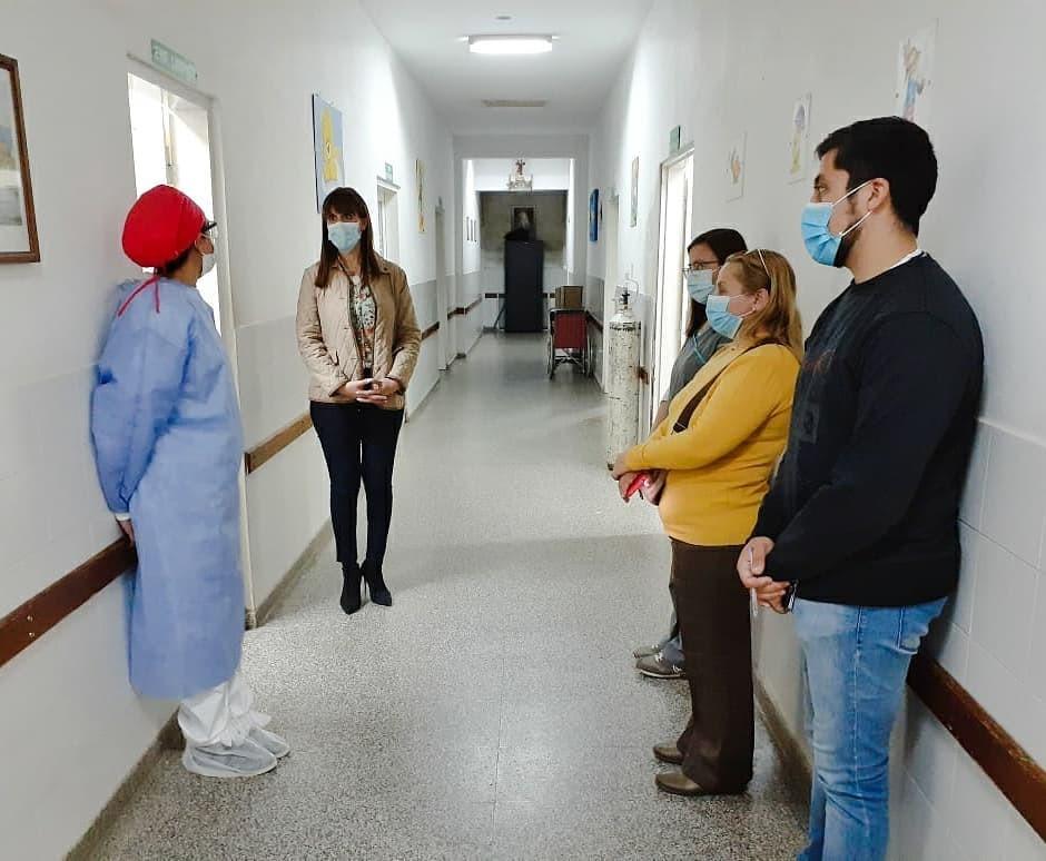 DE SORPRESA Y EN HORAS DE LA NOCHE, LA MINISTRA VISITO EL HOSPITAL Y DIALOGO CON LOS TRABAJADORES
