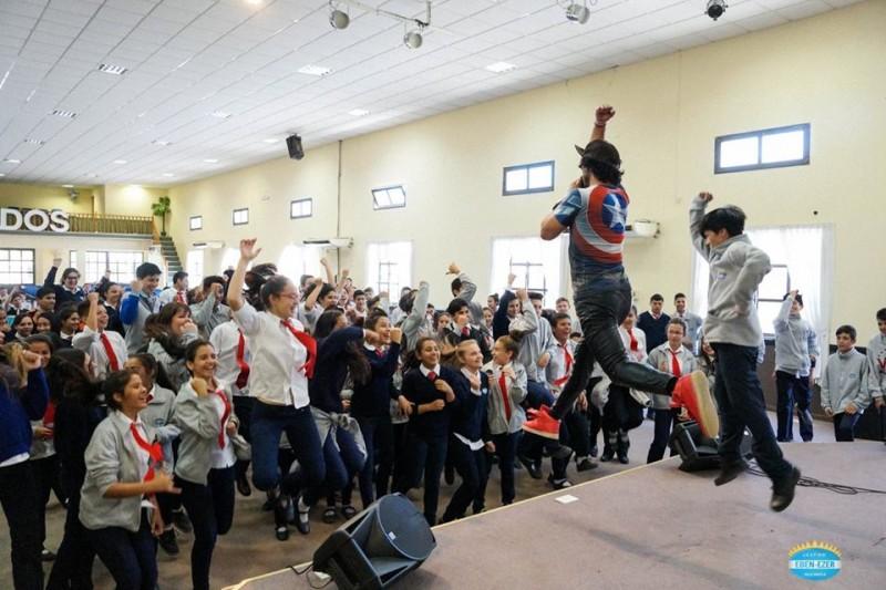 JOEL CONTRERAS CON RISAS Y JUEGOS INSPIRO Y MOTIVO A ALUMNOS Y PADRES DE ESCUELA EBEN EZER