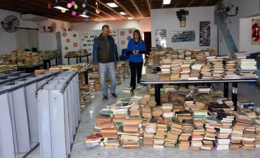 DE A POCO SE REACOMODA LA BIBLIOTECA ALMAFUERTE CON LA COLABORACION DEL MUNICIPIO