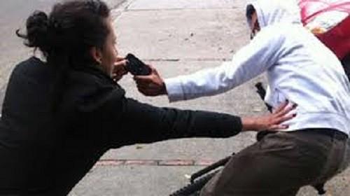 VILLA ÁNGELA: EN PLENA SIESTA INTENTAN ARREBATARLE EL CELULAR A UNA MUJER