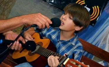 MUSICA EN VIVO EN EL STAND DE LA 21 RADIO CON JUANMA DEHEZA