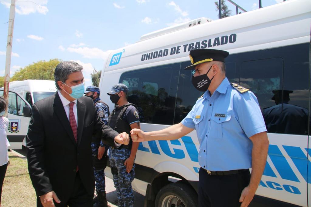 FORTALECIMIENTO INSTITUCIONAL: EN SÁENZ PEÑA, CAPITANICH ENTREGÓ MINIBUSES Y CHALECOS ANTIBALAS AL PERSONAL POLICIAL