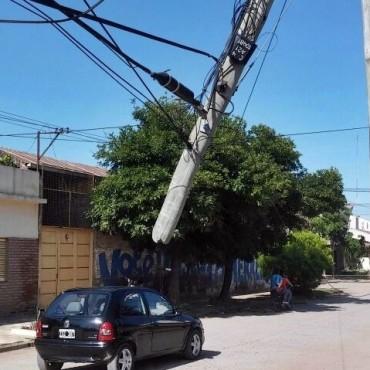 POSTE DE TELÉFONO CASI CAE SOBRE UN AUTOMÓVIL  ESTACIONADO