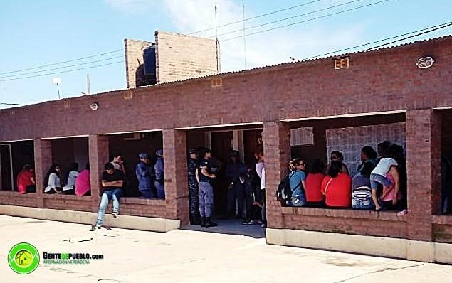 VILLA ÁNGELA: UN GRUPO DE MUJERES SE MANIFESTARON EN LAS OFICINAS DE VIVIENDAS