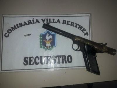 CAUSABA DESORDEN FUERA DE UN BOLICHE Y TENIA UN ARMA EN LA MOTO
